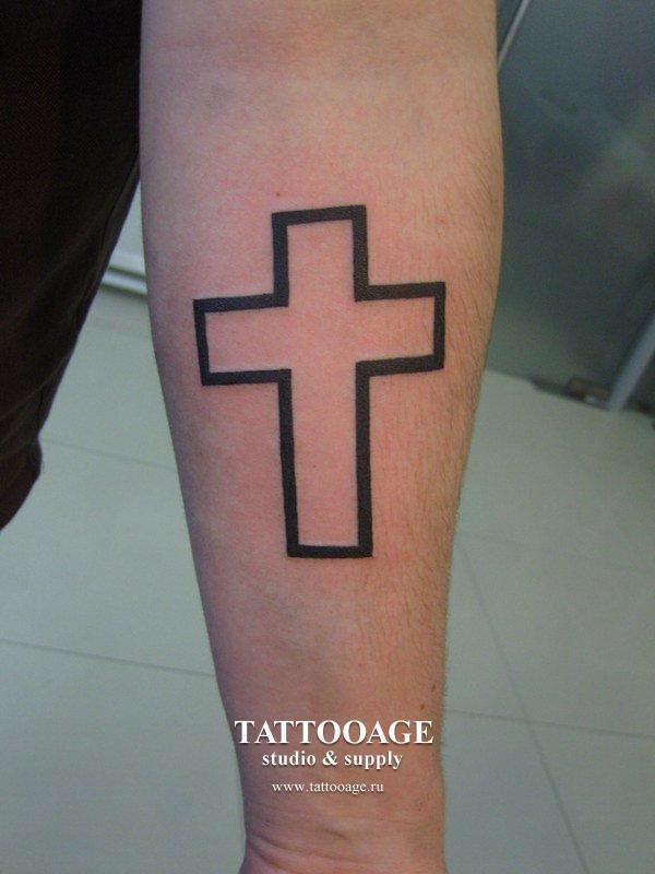 Татуировка чёрный крест на руке